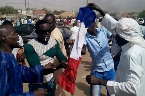 Niger_manifestants_Charlie.jpg