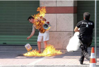 grèce immolation.png