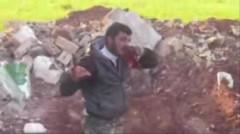 Rebelle mangeant le coeur d'un soldat syrien.jpg